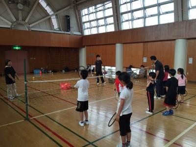 4月から実施の新プログラム!小学校低学年から4年生くらい多し!こどもテニス教室(写真)